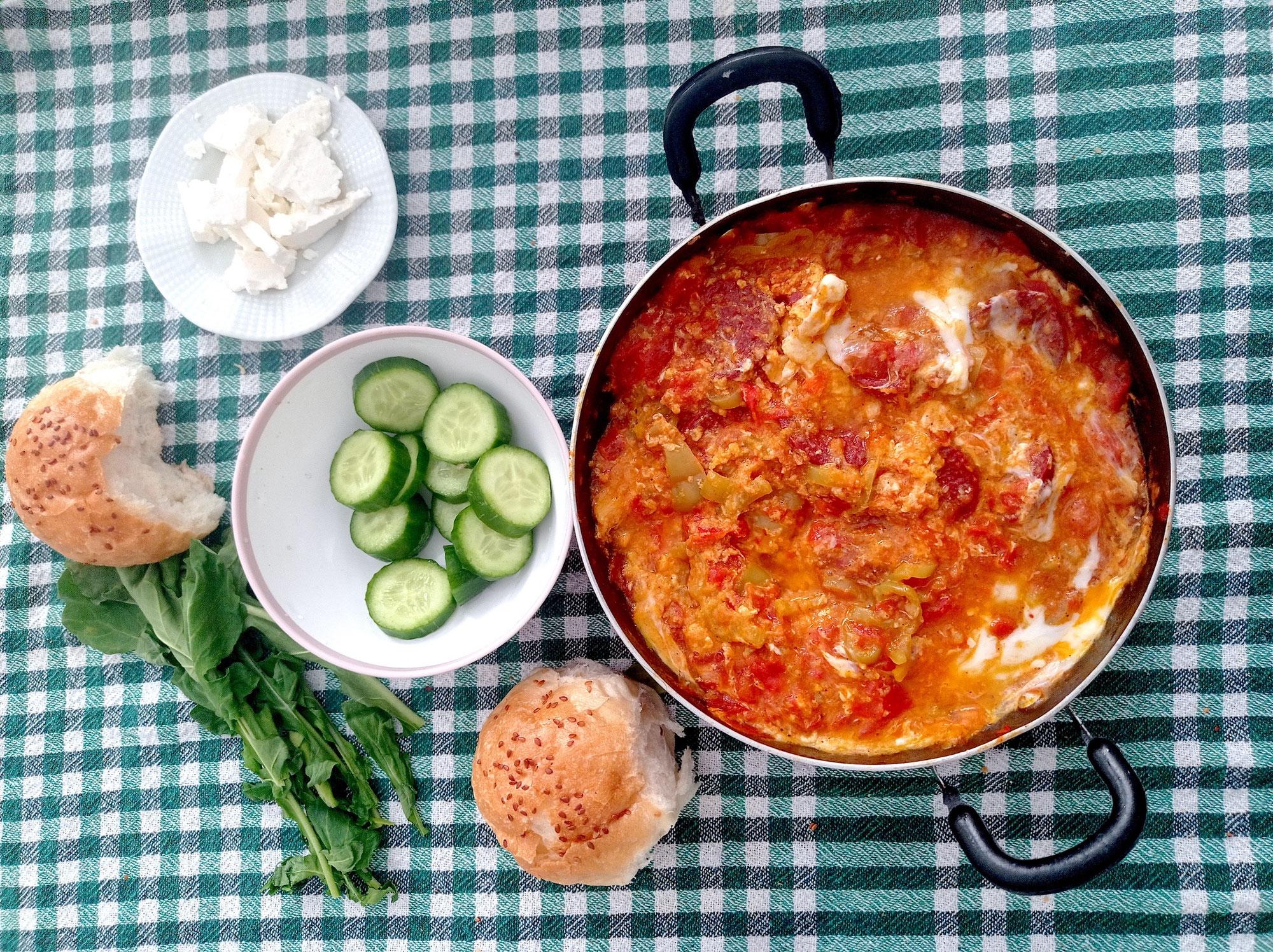 Menemen mit Sucuk: Rührei mit Tomate und Knoblauchwurst