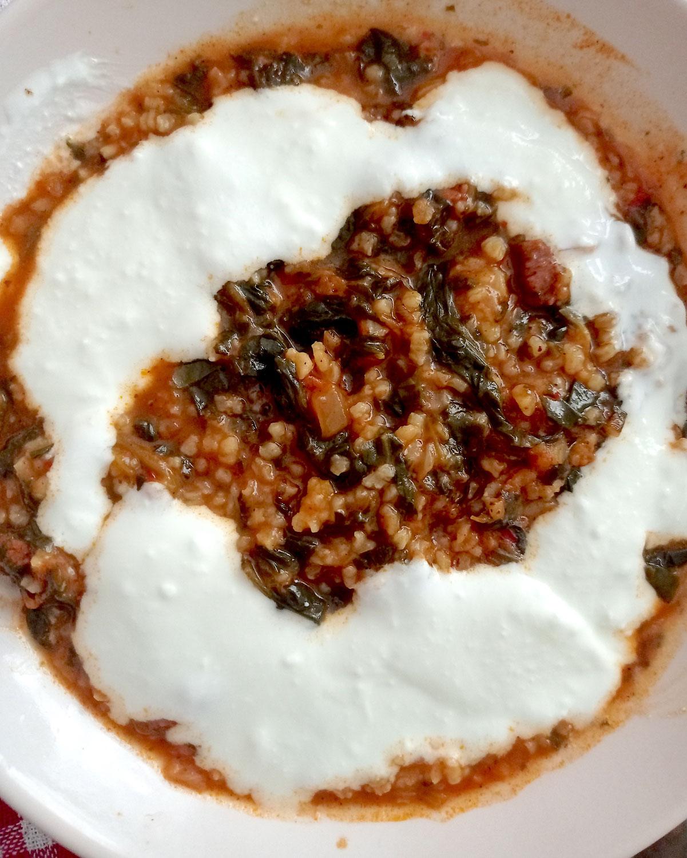 Spinat, der ALLEN schmeckt: türkischer Spinat mit Bulgur und Knoblauchjoghurt