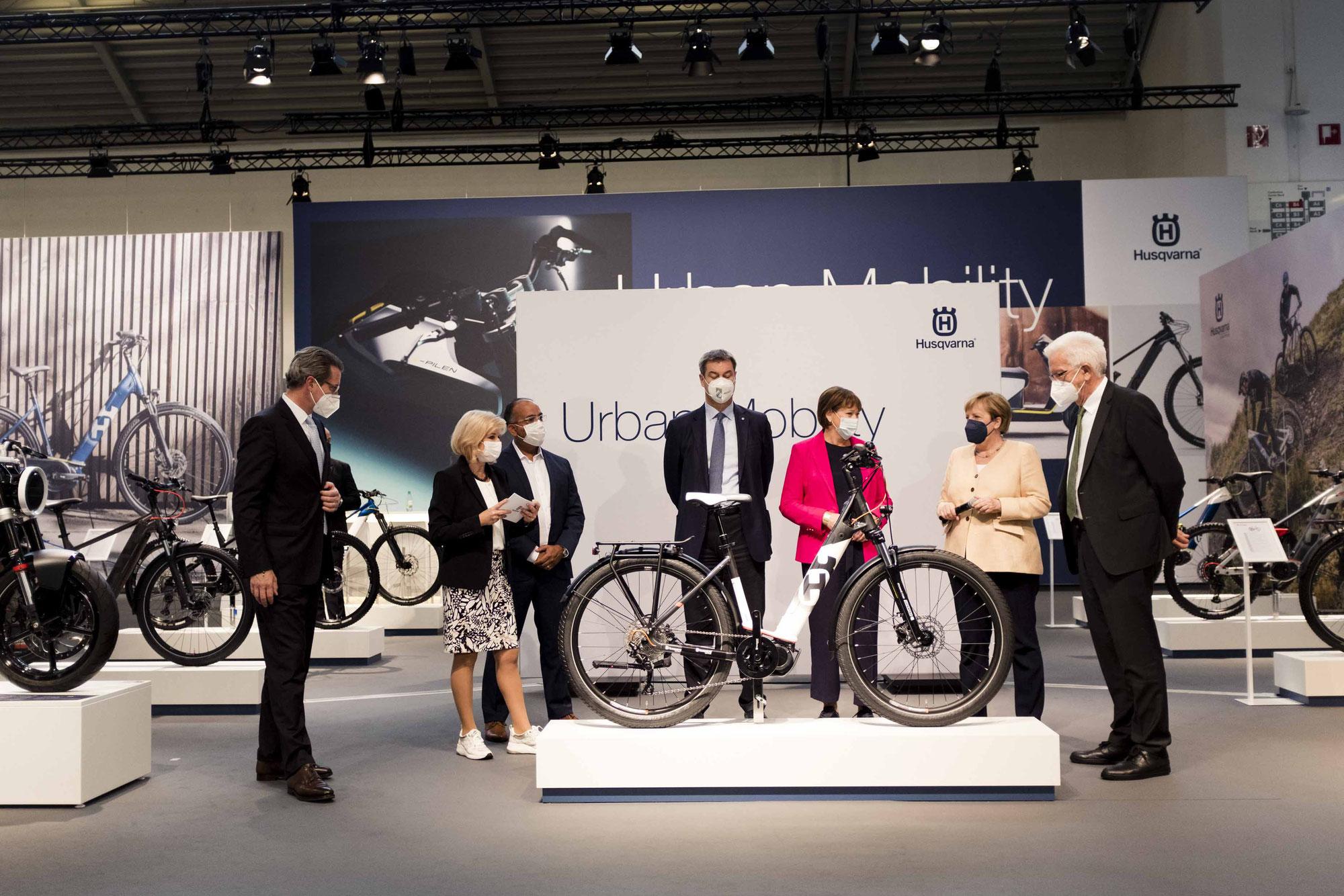 IAA Mobility: Bundeskanzlerin Merkel zu Besuch bei Husqvarna