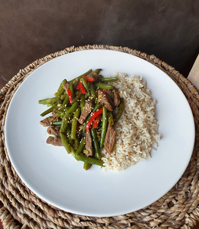 Simpele wok met beef, sperziebonen en puntpaprika