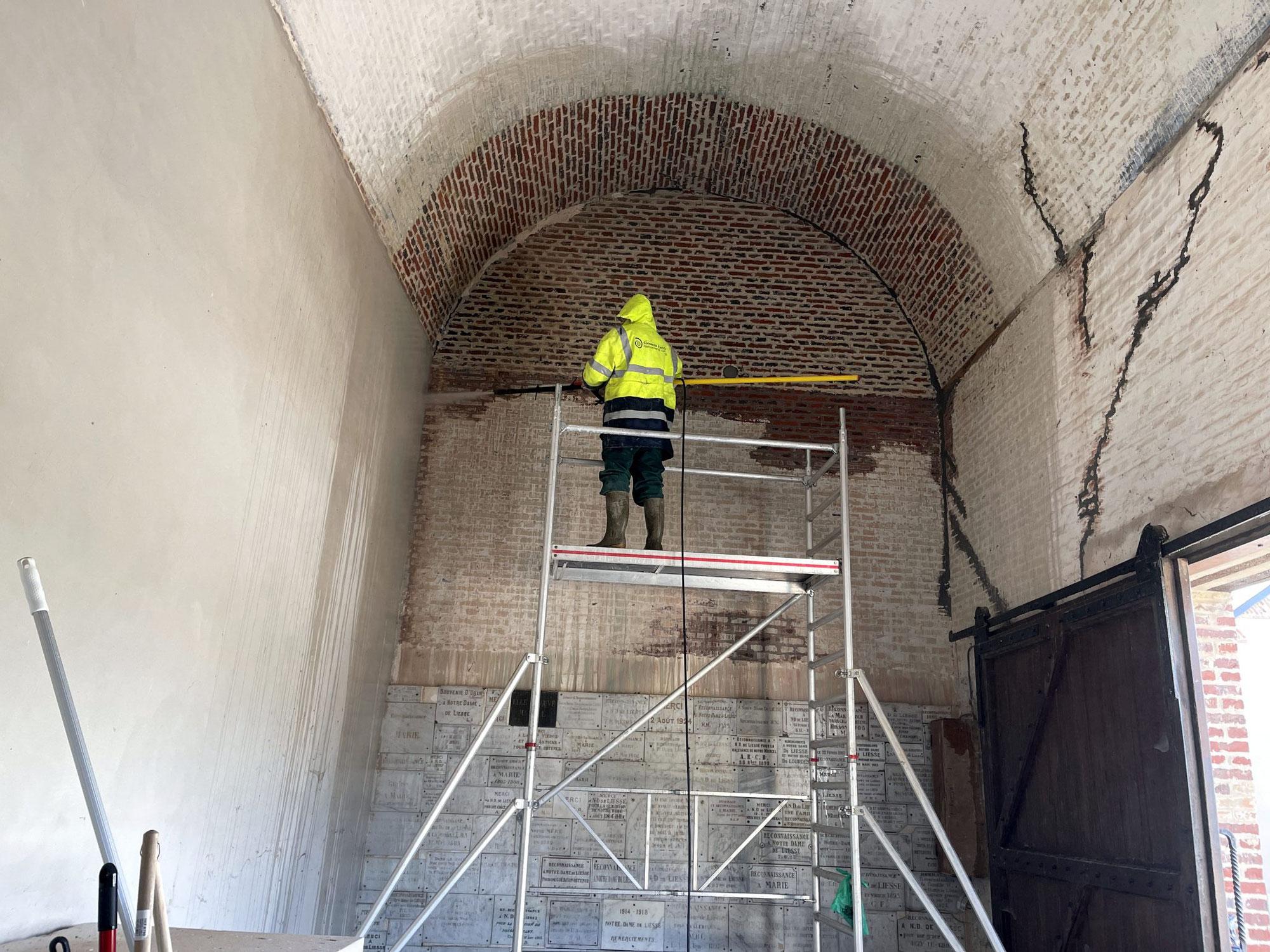 Santa Casa : décapage des murs par l'Association des Amis de la Basilique de Liesse