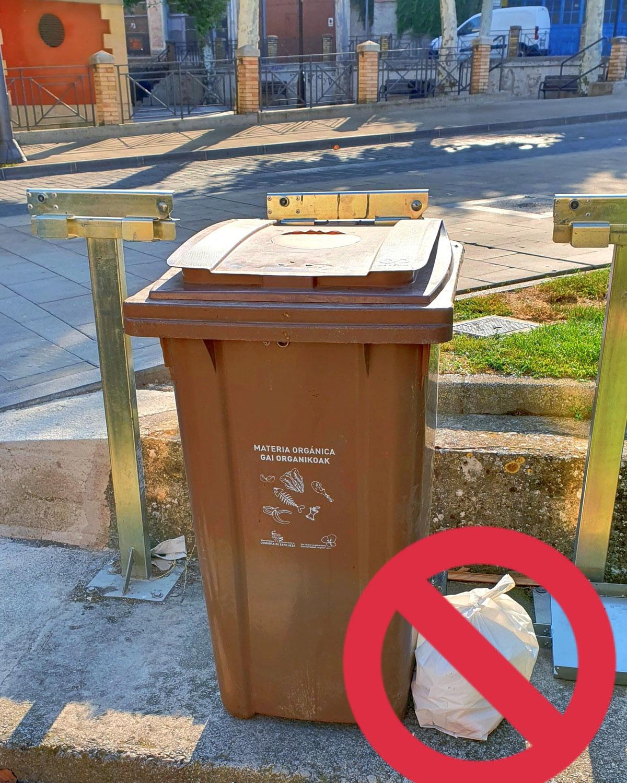No dejes nunca una bolsa de basura fuera de los contenedores, mantén limpia la Comarca de Sangüesa