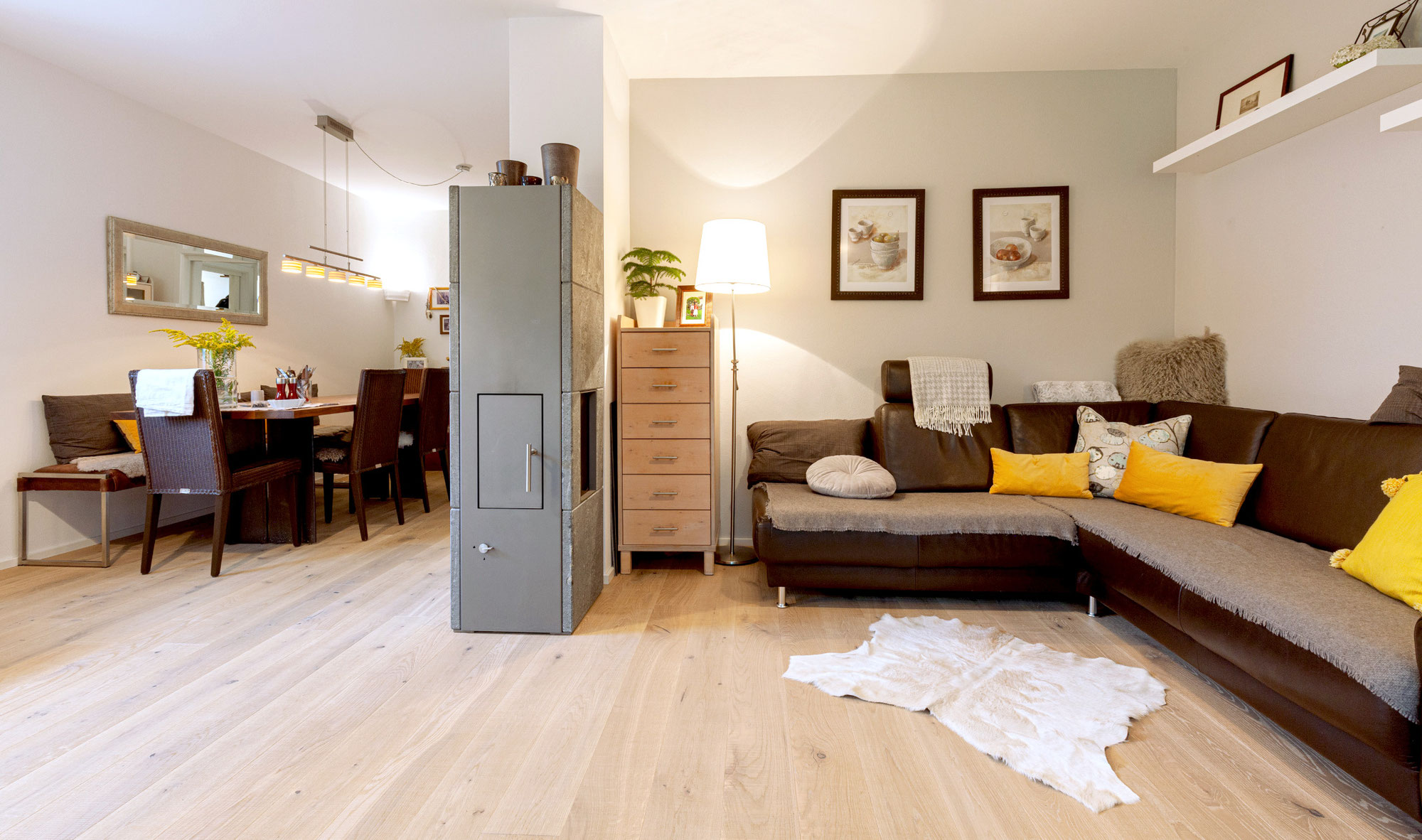 Projektbeispiel: Helle sägeraue Landhausdielen im Wohnraum
