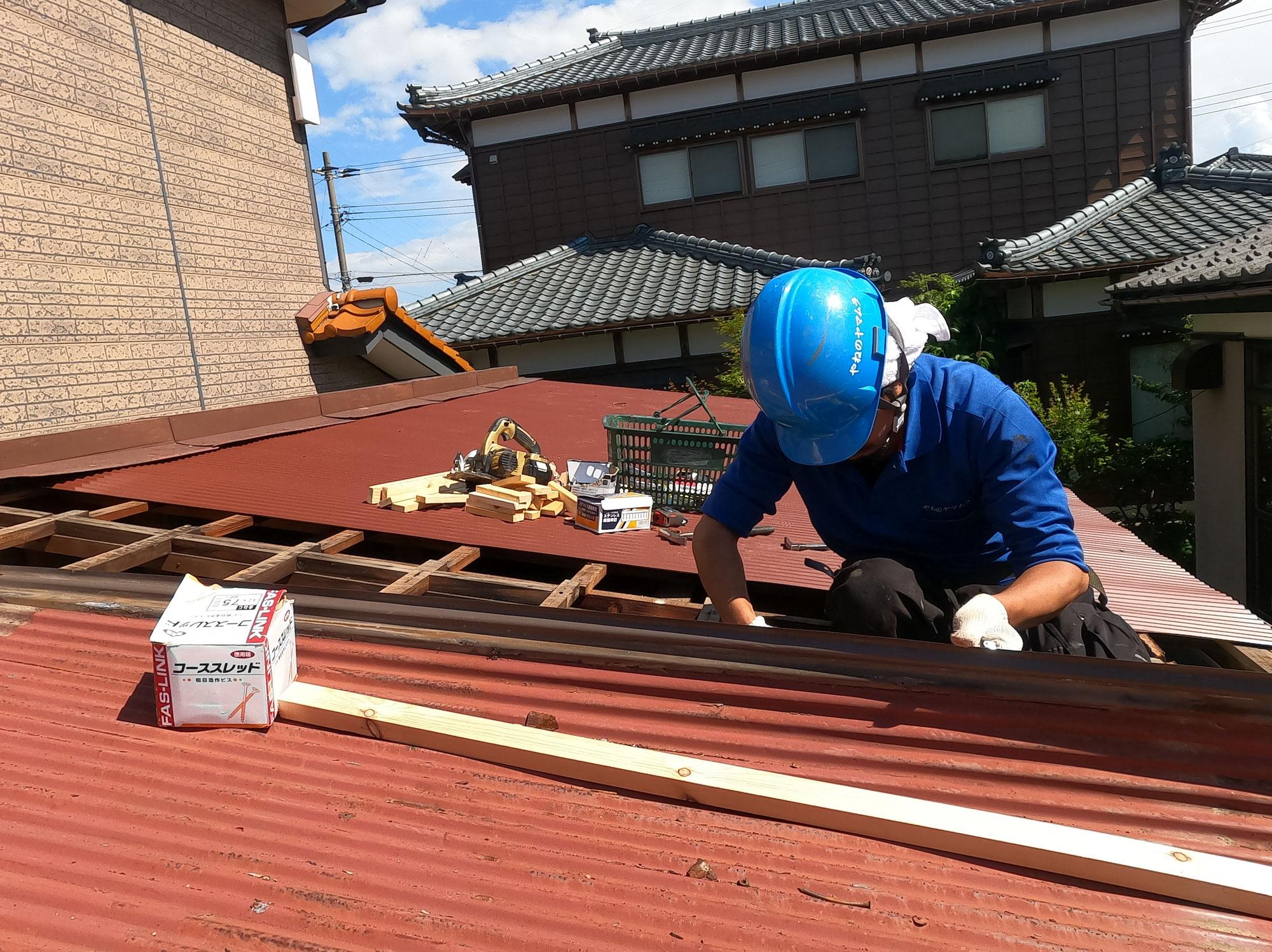 傷んだ屋根の修理です