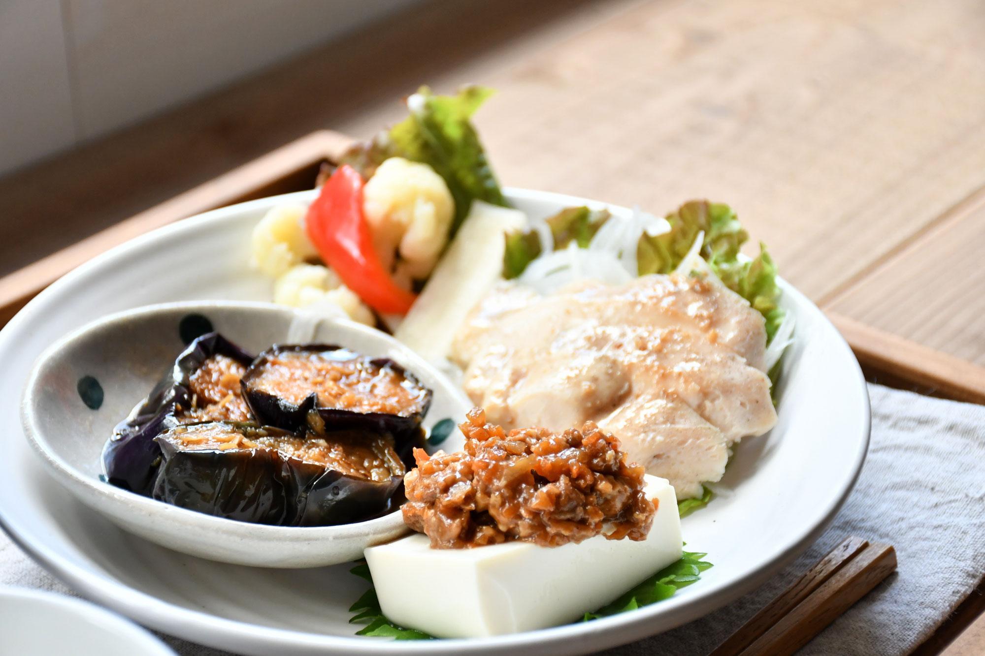蒸し鶏のゴマソース 季節の中華プレート