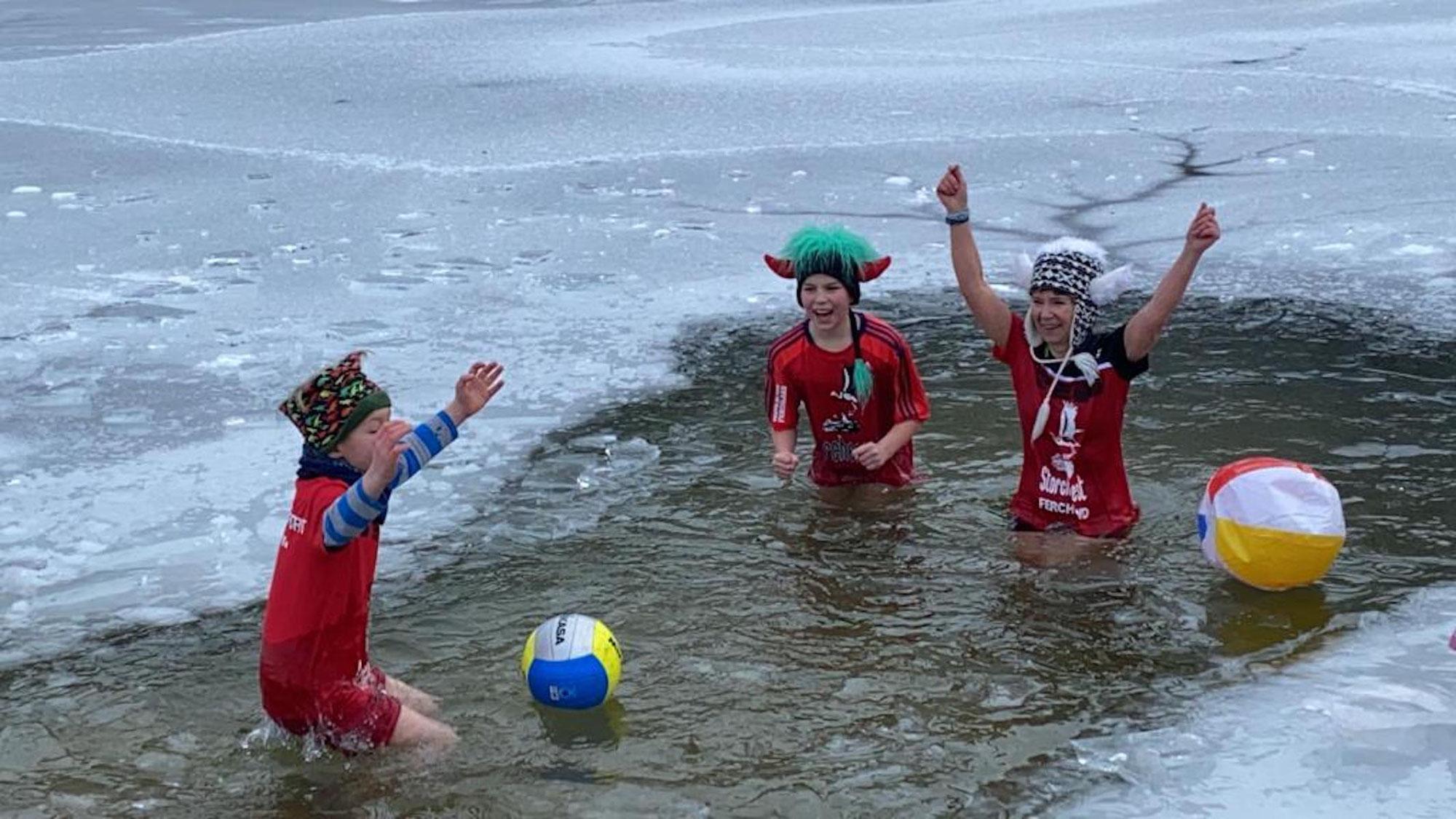 Scheiß auf Corona: Eisbaden als Familien-Event