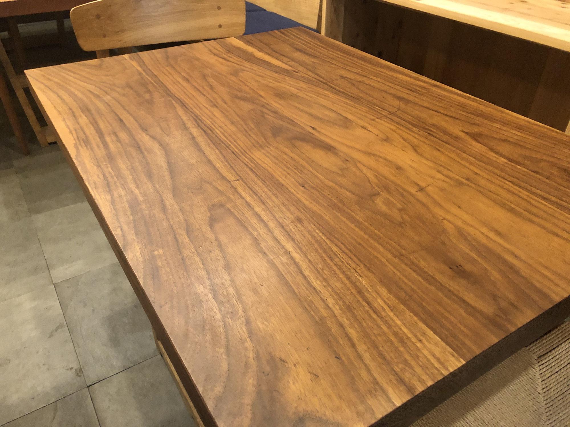 ブラックウォールナットのテーブルの塗装