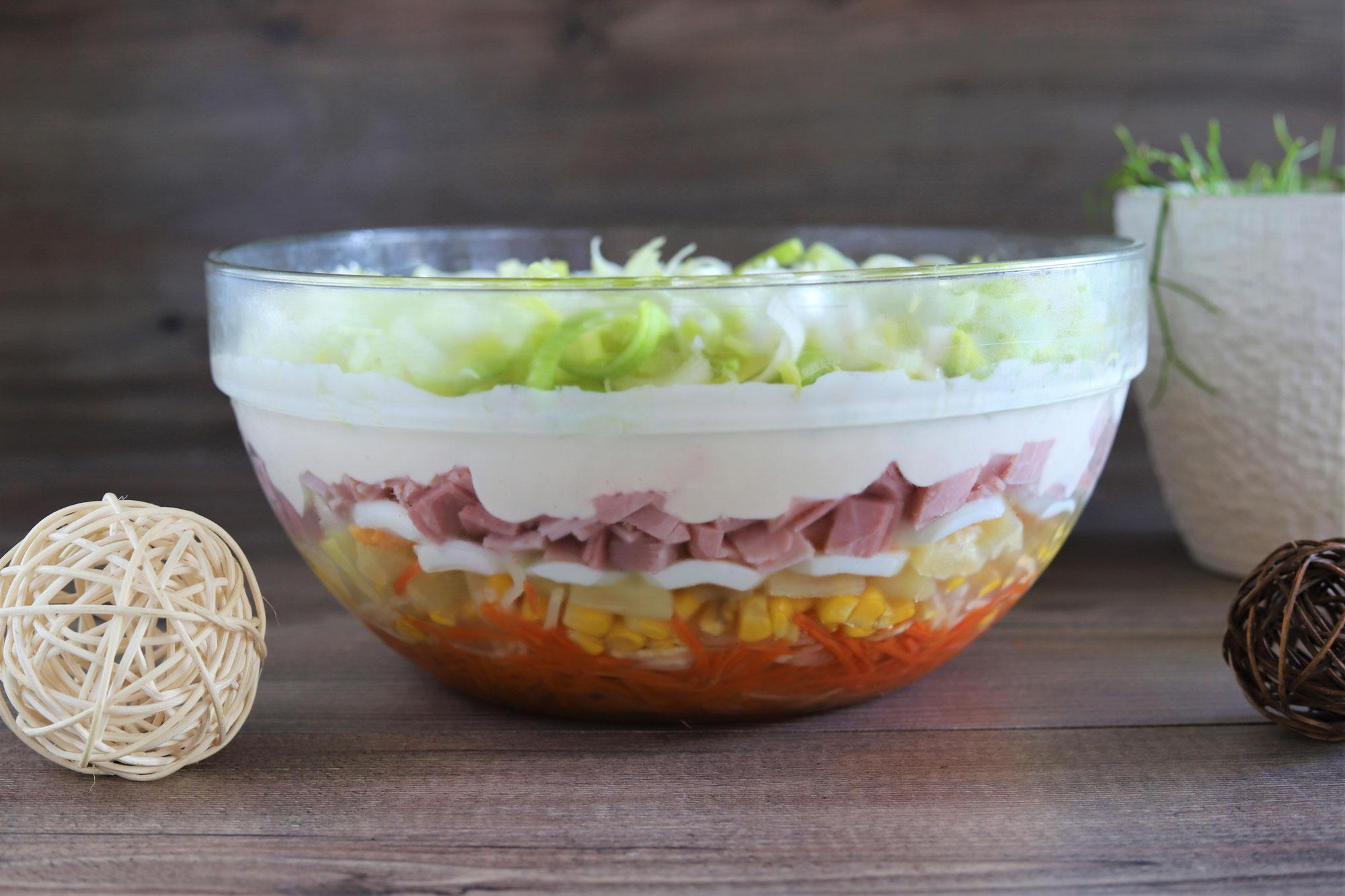 Schichtsalat in der großen Glasschüssel von Pampered Chef®