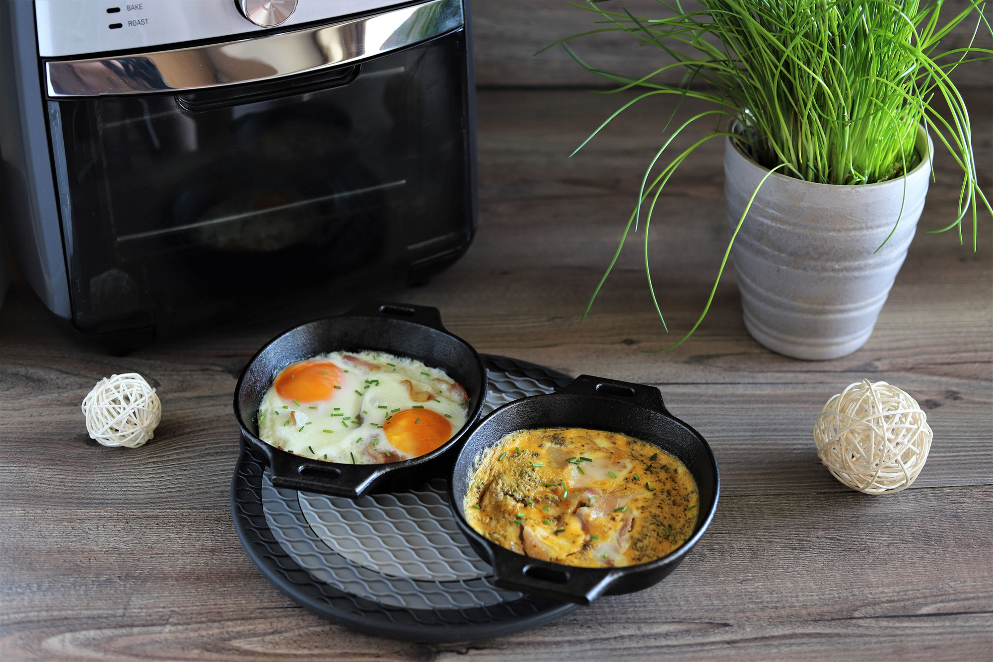 Eier mit Speck in den 14 cm gusseisernen Pfännchen im Deluxe Air Fryer von Pampered Chef®