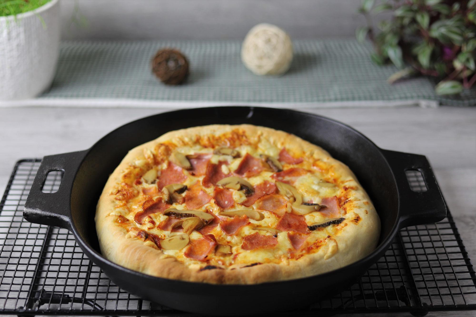 Pan Pizza mit Käserand in der gusseisernen Pfanne von Pampered Chef®