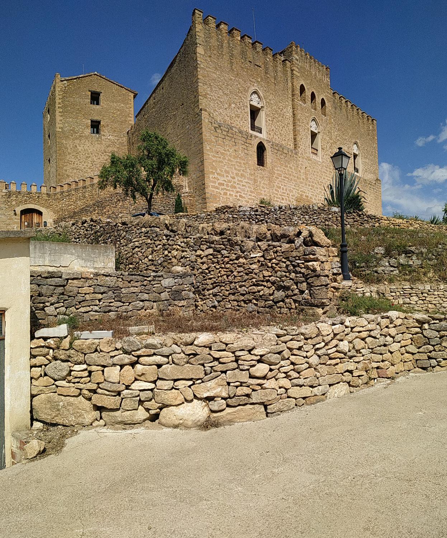 Catalogación y restauración elementos piedra en seco entorno Castillo y poblado de Saranyana.