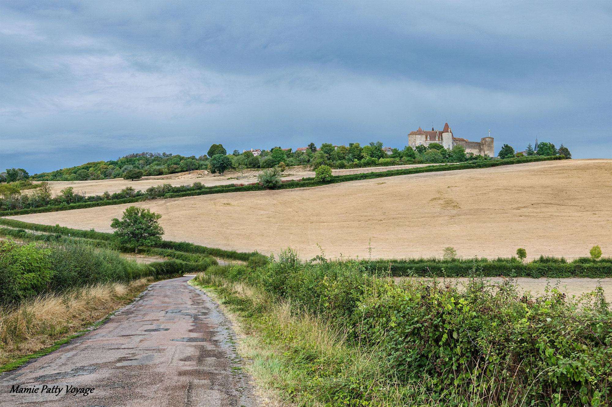 """Châteauneuf-en-Auxois, un village """"perché"""""""