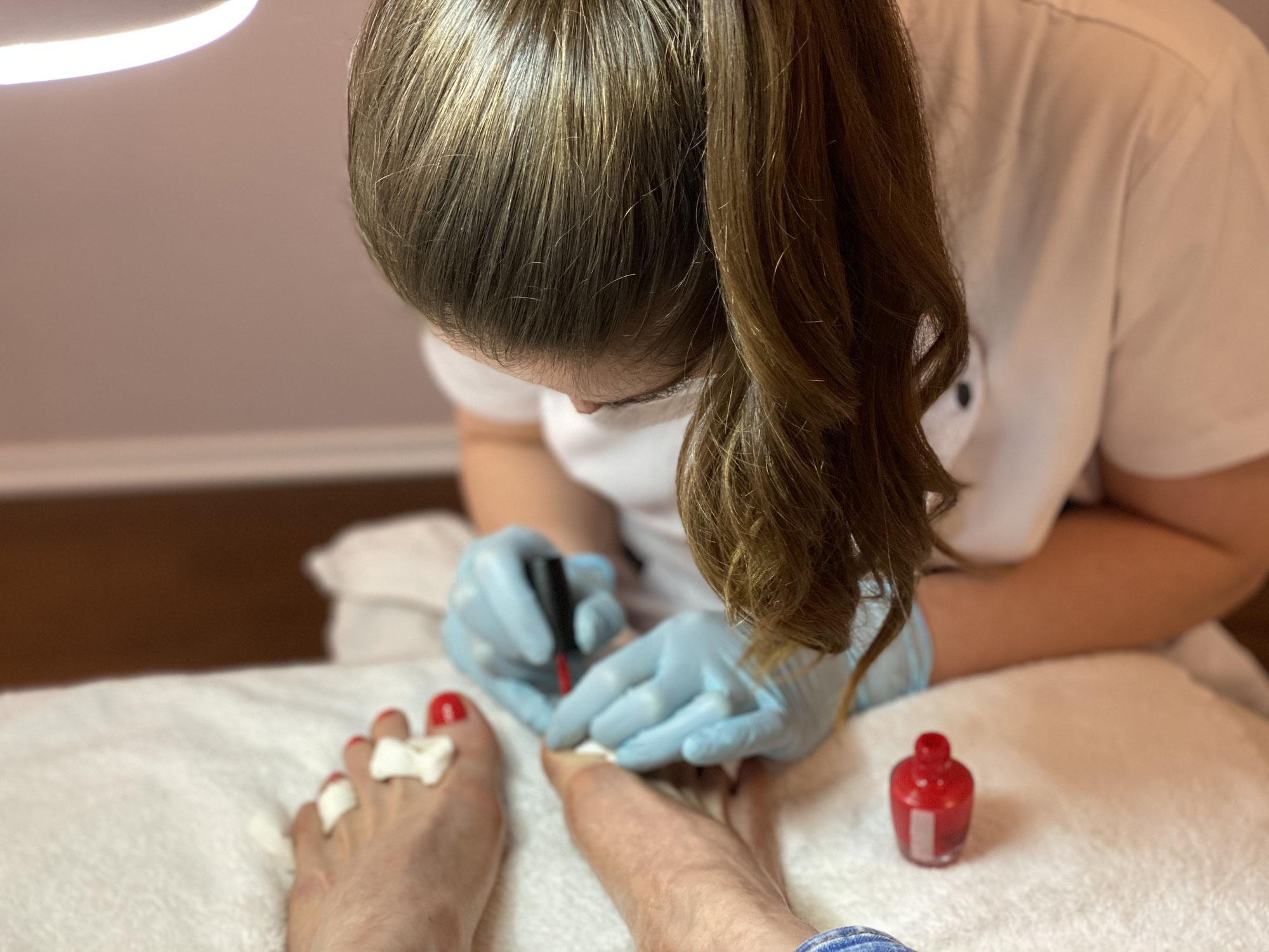 Was wird bei einer Fußpflege gemacht?