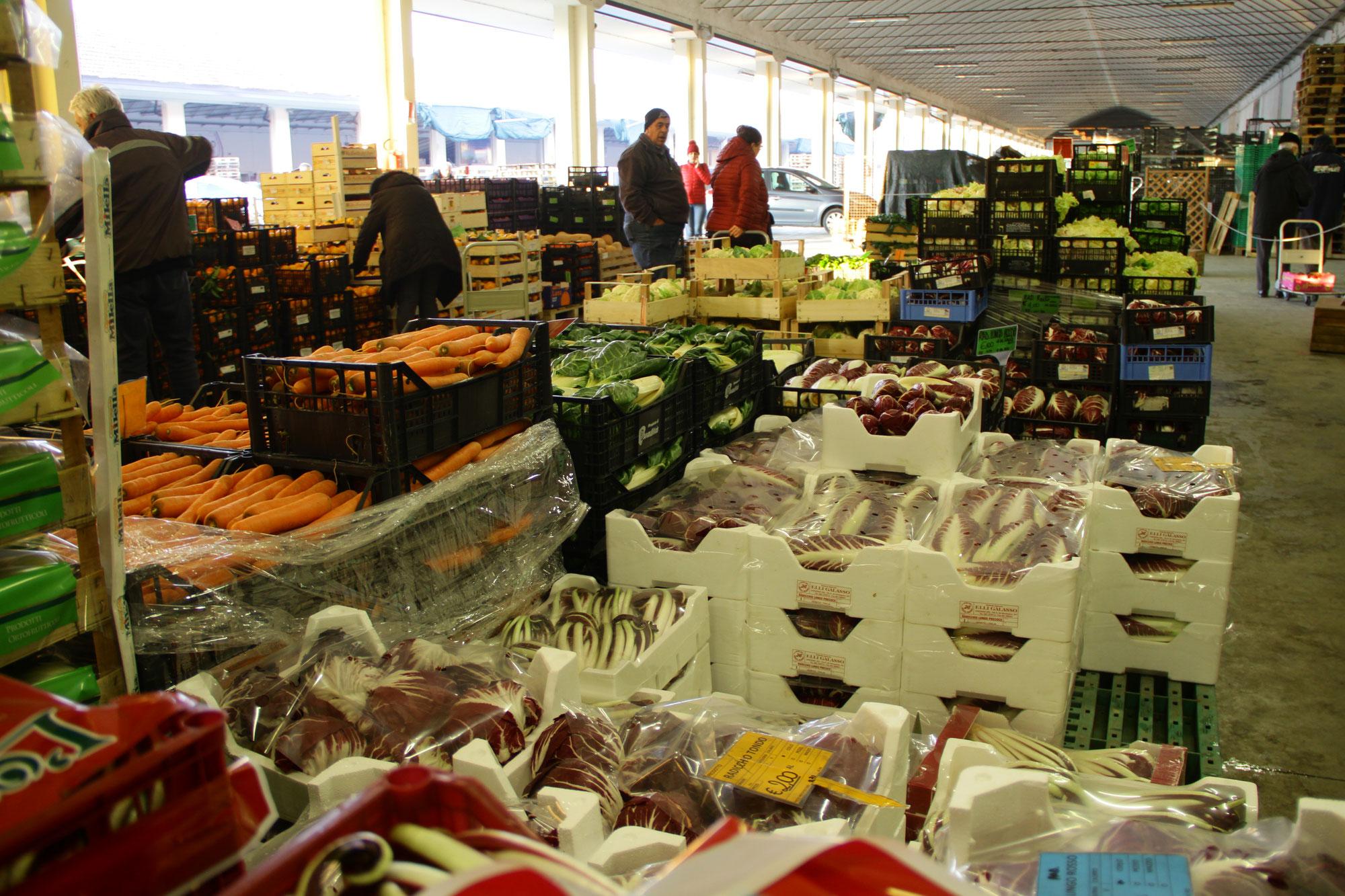 A Lusia il mercato della società Agricola Ortofrutticoltori apre al pubblico con tantissimi prodotti selezionati