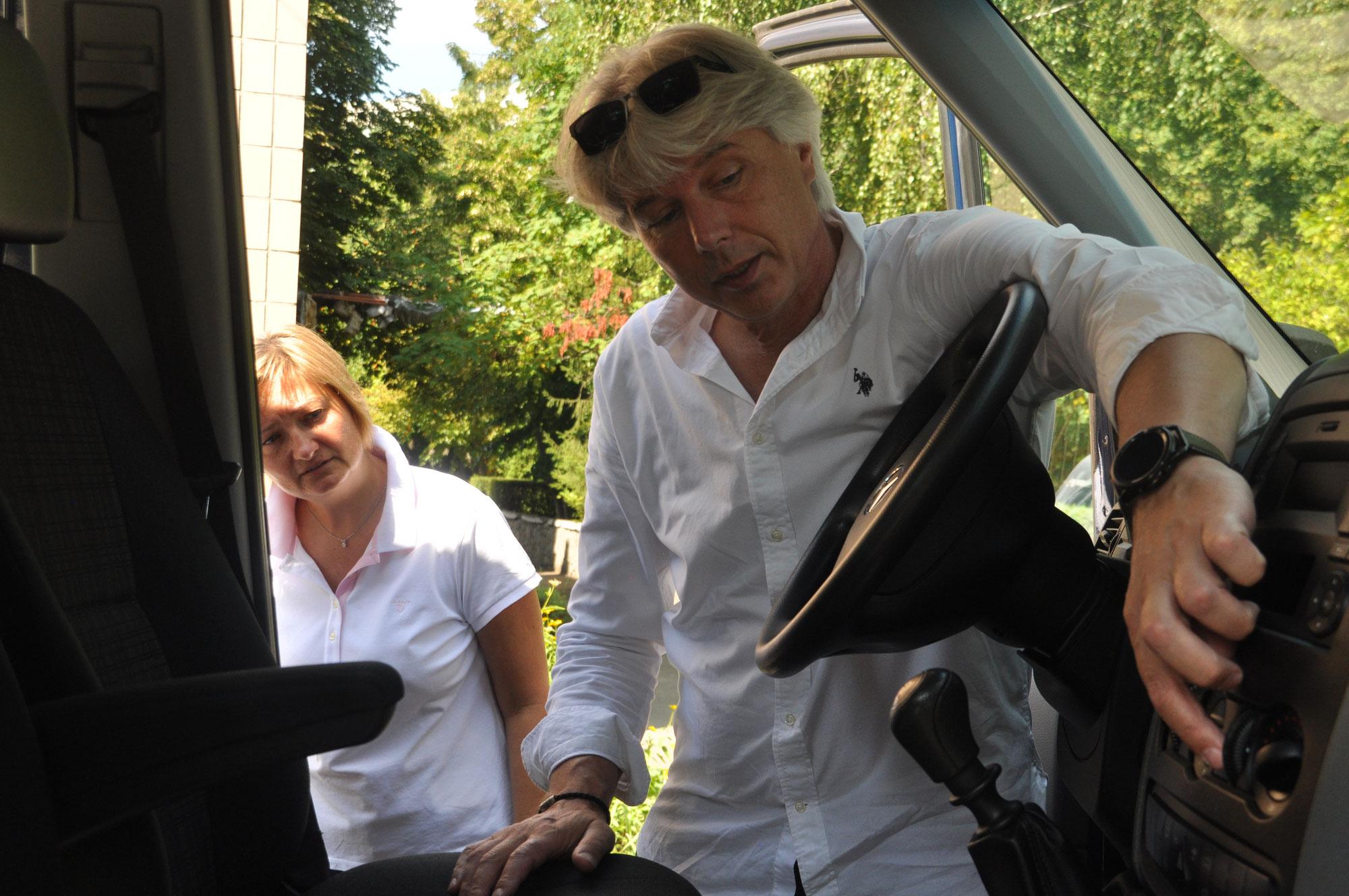 """André Novotny übergibt den Wagen an das Therapiezentrum """"Chance"""""""