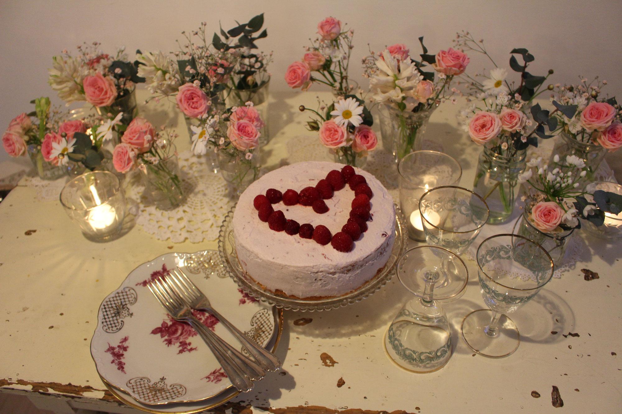 Torte zum Muttertag und Blumendekoration
