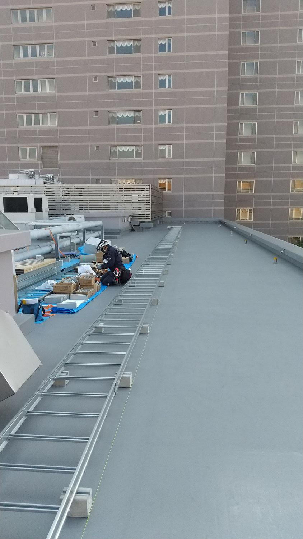 屋上でケーブルラッ工事