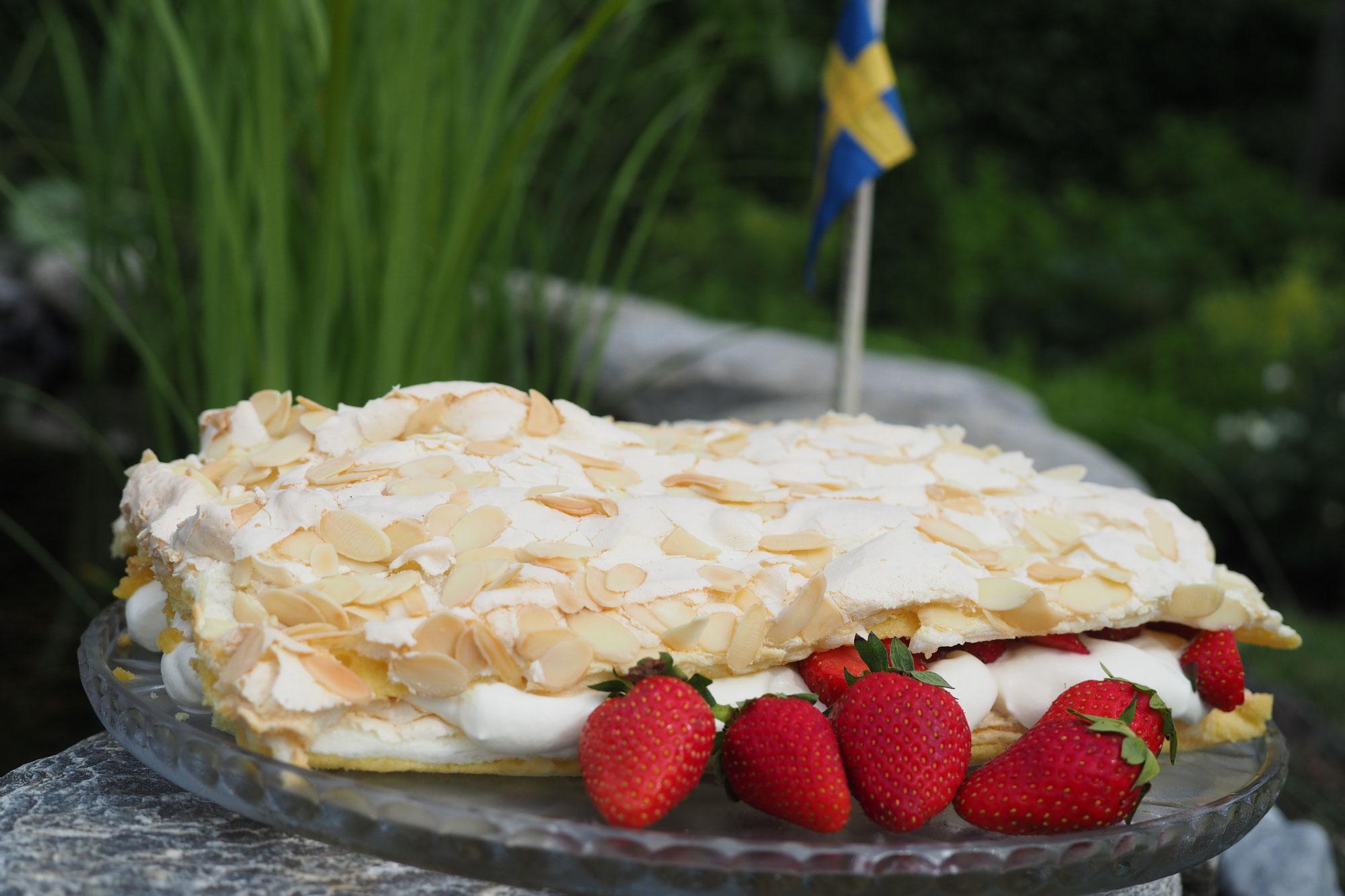 Mittsommerfest, Wiesenblumen und Erdbeertorte – Jetzt ist der Sommer da!