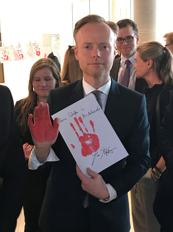 Weil Waffen nicht in Kinderhände gehören: Aktionstag Red-Hand-Day
