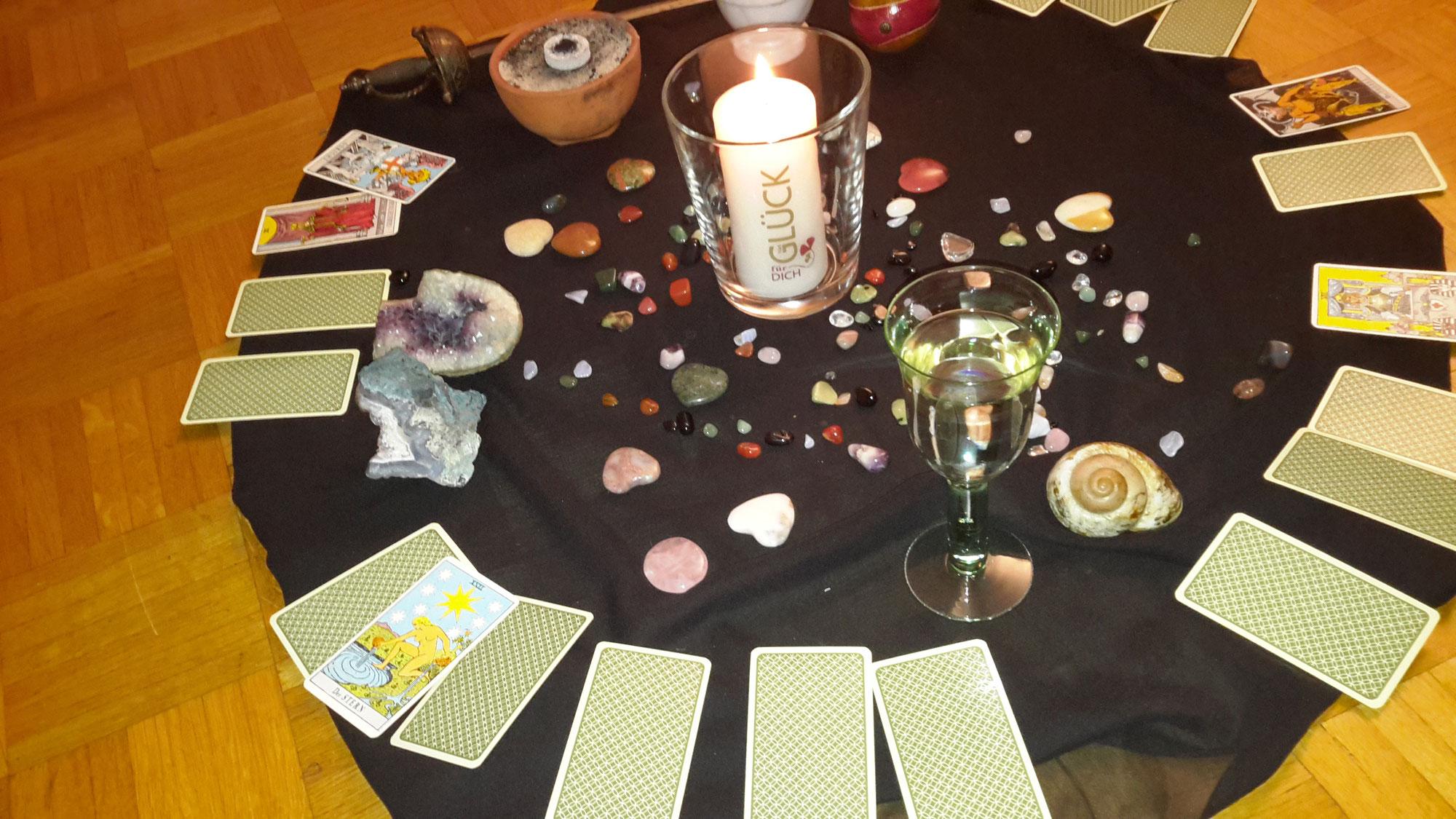 Jahresorakel mit Tarot oder Astrologie?