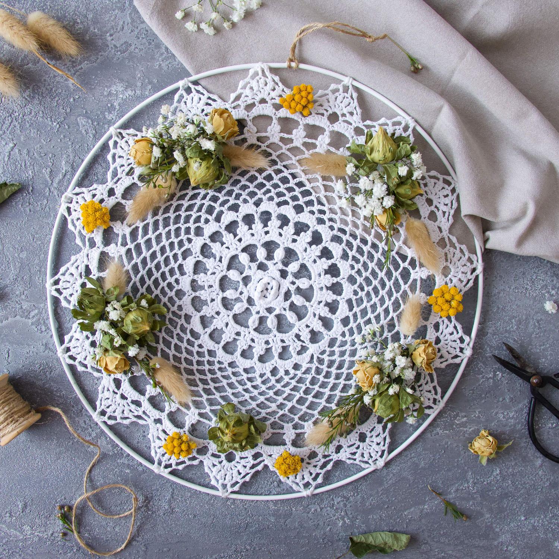 Kreativ mit Spitzendeckchen: DIY Wandbehang mit Trockenblumen