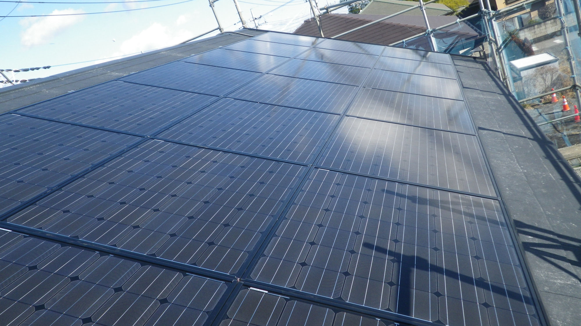 コロニアル屋根への太陽光発電システム設置工事を行いました。in日光市