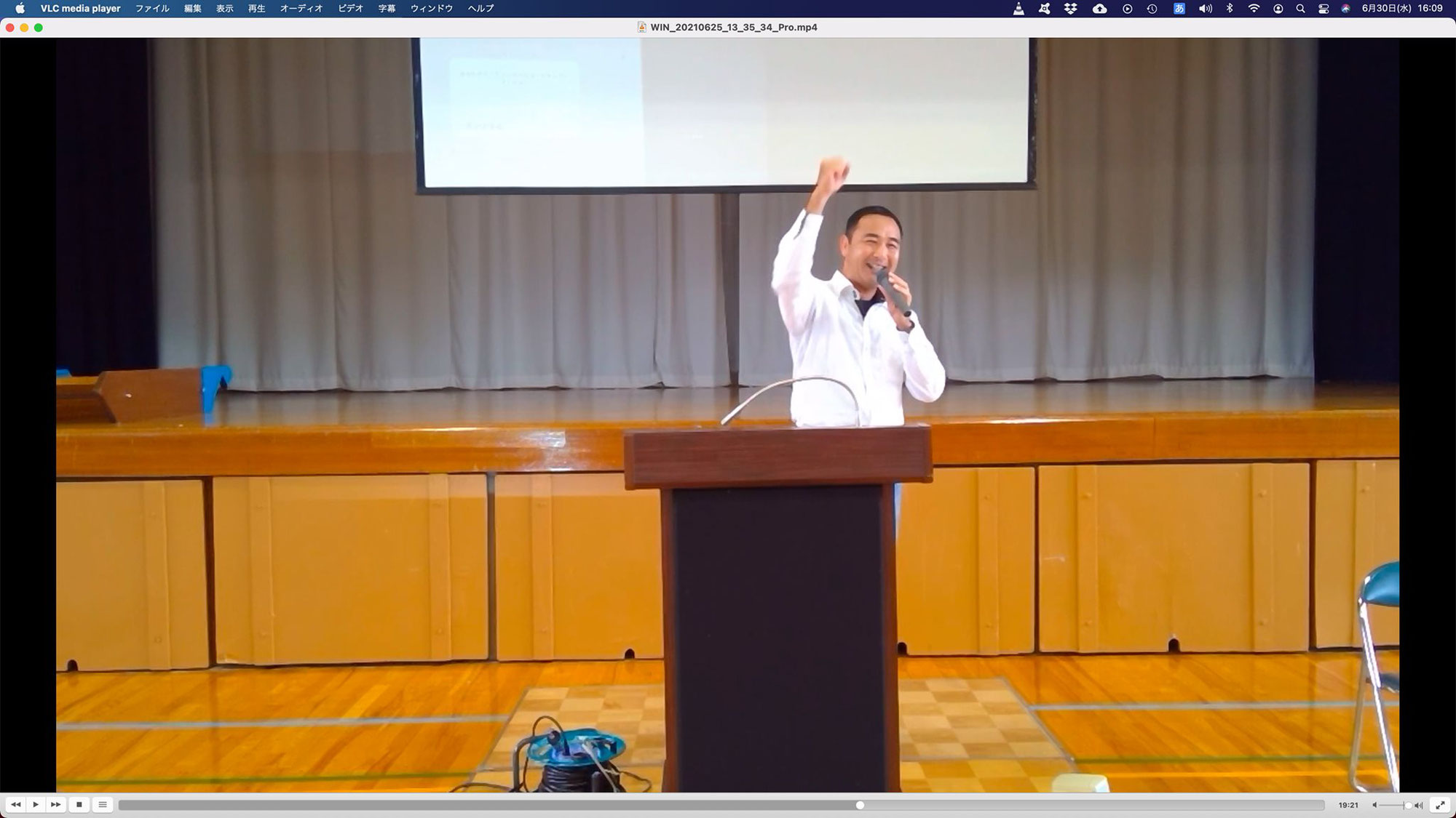 中学校で講演