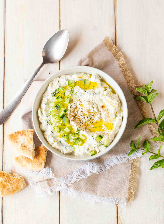 Tzatzíki maison (salade grecque au concombre, yaourt & herbes fraîches)