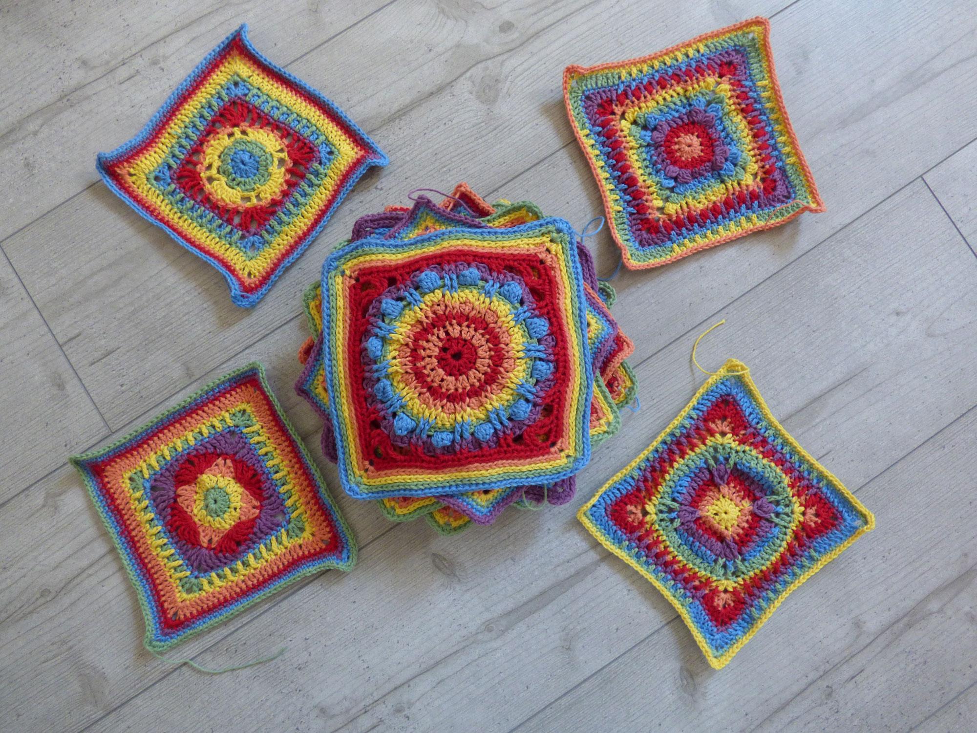 Der Stapel an Häkelquadraten wächst und wächst - Zwischenstand beim Crochet A Block Crochet Along 2021