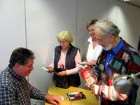 """Großes Interesse am Thema im """"Kleinkunstabend"""" in Neustadt. Viele Fragen zur Lesung des Buches durch die Teilnehmer und der Wunsch, das Buch zu besitzen. Die Buchexemplare am Signiertisch mit Autor Winfried Gburek (li.) reichten nicht aus."""