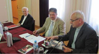 Winfried Gburek in der Pressekonferenz von Sarajevo (5. Juni 15) mit Bischof Dr. Franjo Komarica (li.) und Generalsekretär der Bischofskonferenz in BiH, Mons. Ivo Tomasevic.