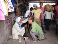 Beim Straßenzahnarzt in Indien
