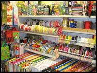 Geschenkpapiere und Bänder bei Papeterie Kelsch