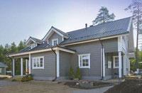 Blockhaus mit Metaldach in Finnland