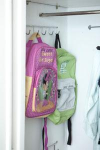 Cuelga las mochilas y bolsos en ganchos en la pared del armario - AorganiZarte