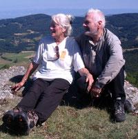 Marie-Christine et Antoine font une pose pendant une randonnée