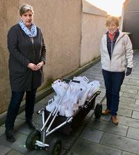 Die gefüllten Taschen wurden von Claudia Jäger und Klara Lensing an die Haushalte verteilt.