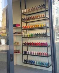 In een schoenenwinkel in Haarlem staat een stellage met meer dan honderd schoenen, allemaal het zelfde model, maar dan met allemaal verschillende kleuren, elk met weer een zacht tintverschil, de hele kleurencirkel langs.