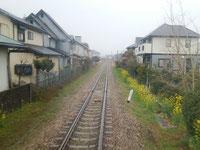 住宅街を抜ける甘木鉄道