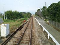 鳥居と神社の間の参道を貫く甘木鉄道