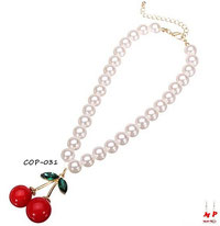 Pendentif cerise rouge et son collier de perles nacrées