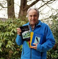 Autor präsentiert stolz seinen neuen Krimi aus seiner bunten Literatur-Palette