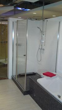 Glaswand zwischen Dusche und Badewanne
