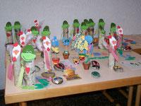 Bastelarbeiten der Kinder im Rahmen der Ferienspiele zur Freizeitbetreuung