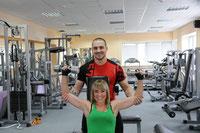 Тренер тренажерного зала Максим Панкратов с клиенткой