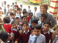 河原塾超の周りには、いつでも多くの子供たちが群がる。これは全世界共通かも!?