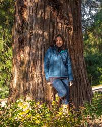Um den Umfang und die Grösse der Bäume zu veranschaulichen hier ausnahmsweise noch ein kleines Bild meiner Wenigkeit ;-)