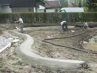 Betonrand am Gartenteich