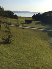 気持ちよい芝生広場から見える瀬戸内海