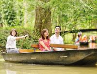 un couple d'amoureux guidé en barque